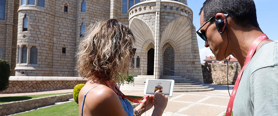 Las guías interactivas renuevan la visita al Palacio de Gaudí en Astorga